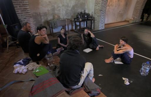Guillermo Weickert nos recibe en un ensayo de «Lirio Entre Espinas»